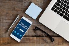 Uttryck och villkordokument i en mobiltelefonskärm Lagligt begrepp royaltyfri foto