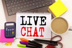 Uttrycka att skriva Live Chat i kontoret med omgivning liksom bärbara datorn, markören, pennan, brevpapper, kaffe Affärsidé för C Fotografering för Bildbyråer