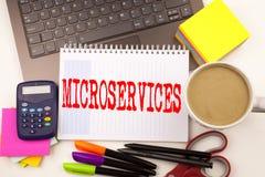 Uttrycka att skriva Microservices i kontoret med bärbara datorn, markören, pennan, brevpapper, kaffe Affärsidéen för Micro servar Royaltyfria Foton