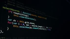 Uttrycka av rött färgar lokaliserat över text av vit färgar En hacker kodifierar på datorskärmen, 4K