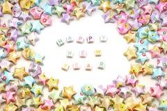 Uttrycka det lyckliga nya året med lyckliga stjärnor för origami Royaltyfria Bilder