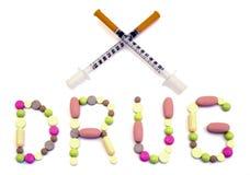 Uttrycka drogen som göras från filtrerade minnestavlor och två korsade varma för insulininjektionssprutor isolerat Arkivbilder