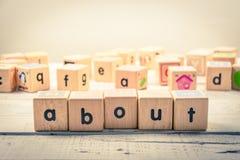 Uttrycka ` om wood kubik för ` på trät arkivfoton