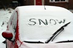 Uttrycka snow som är skriftlig på windshielden. royaltyfri fotografi