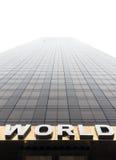 Uttrycka VÄRLDEN på fasaden av en skyskrapa Arkivbilder