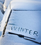 Uttrycka vintern på bilexponeringsglaset Arkivfoto