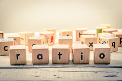 Uttrycka wood kubik för `-förhållande` på trät royaltyfri bild