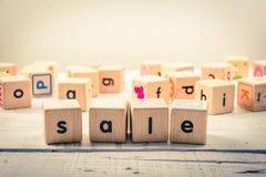 Uttrycka wood kubik för `-försäljnings` på trät royaltyfri foto