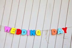 Uttrycker bröllopdag på plankabakgrund Arkivfoton