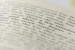 uttrycker den på engelska boken för closeuputtrycket med andra oskarpt arkivbild