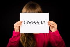 Uttrycker det hållande tecknet för barnet med danska ledsna Undskyld - Fotografering för Bildbyråer