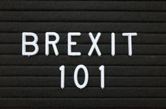 Uttrycket Brexit 101 i vit text på ett bokstavsbräde Arkivbild