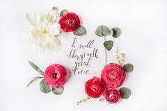 Uttrycket gör liten saker med stor förälskelse som är skriftlig i kalligrafistil Royaltyfri Foto