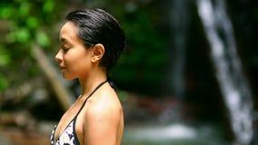 uttrycklig frihet för lycklig flicka, genom att öppna armar i stillsam natur lager videofilmer