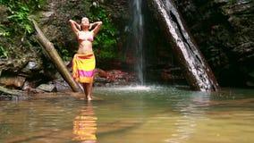 uttrycklig frihet för lycklig flicka, genom att öppna armar i stillsam natur stock video