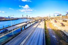 Uttrycklig väg av Portland med den Willamette floden och stålbron, royaltyfri foto