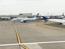 Uttryckliga Air Canada åka taxi en landningsbana i Newark som är ny - ärmlös tröja Royaltyfri Fotografi