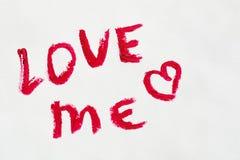 Uttrycks`en älskar mig ` som målas i olika skuggor av läppstift för kanter, Arkivfoto