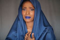 Uttrycksfull afrikansk amerikankvinna med dramatisk belysning royaltyfria bilder