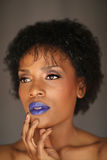 Uttrycksfull afrikansk amerikankvinna med dramatisk belysning royaltyfri foto