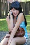 Uttrycksfull flicka med mobiltelefon Arkivbilder