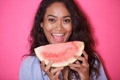 Uttrycksfull framsida av den asiatiska kvinnan med den nya vattenmelon Arkivfoton