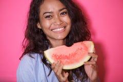 Uttrycksfull framsida av den asiatiska kvinnan med den nya vattenmelon Fotografering för Bildbyråer