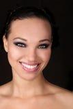 Uttrycksfull härlig afrikansk amerikankvinna med dramatiska Lighti arkivfoto