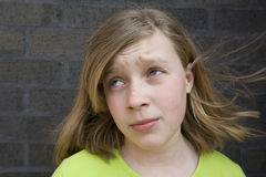 uttrycksfull tonårs- framsidaflickastående Royaltyfria Bilder