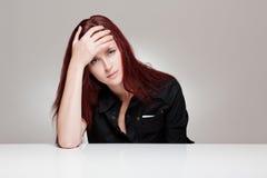 Uttrycksfull ung kvinna. Arkivfoton