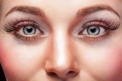 Uttrycksfulla ögon med smink och stora ögonfrans Arkivbilder