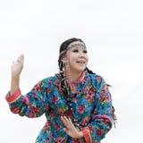 Uttryckskvinnadans - dansareKoryak Folk Dance helhet Angt 10 17th 20 2009 4000 ovanför för dagutsläpp för aska august härligt kon Arkivfoton