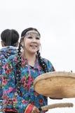 Uttryckskvinnadans med en tamburin 10 17th 20 2009 4000 ovanför för dagutsläpp för aska august härligt koniskt betraktat utbrott  Royaltyfria Bilder