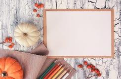 Utumn-Dekorationen, Bleistifte auf rustikaler Tabelle, Draufsicht, Raum Lizenzfreies Stockfoto