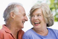 utvändig avslappnande pensionär för par Royaltyfria Foton