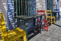 Utvändig restaurang för färgrika stolar i Todos Santos, Mexico fotografering för bildbyråer