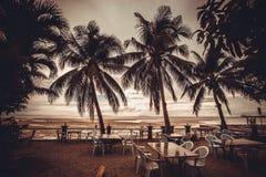 Utvändig restaurang på stranden i regntid med fotografering för bildbyråer