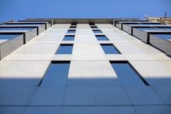 Utvändig sikt av affärsbyggnadsfönster royaltyfri fotografi