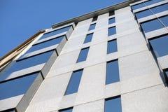 Utvändig sikt av affärsbyggnadsfönster fotografering för bildbyråer