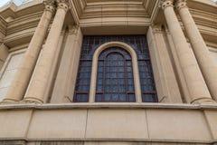 Utvändig sikt av ett av de enorma fönstren av basilikan av vår dam av fred Arkivbild