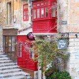 Utvändig sikt på den röda kulöra brostången på Valletta, Malta nära hamnen royaltyfri bild