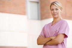 utvändig standing för sjukhussjuksköterska Arkivfoton