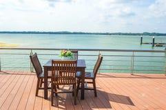 Utvändig stol och tabell Royaltyfria Bilder