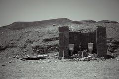 Utvändig toalett i öknen, uthus som är svartvitt Arkivfoton