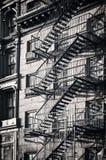 Utvändig trappa för metallbrandflykt, svartvita New York City royaltyfria foton