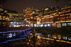 Utvändig Yu för sicksackbro trädgård på natten, Shanghai Arkivfoton