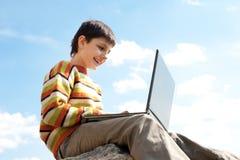 utvändiga le studies för pojke Fotografering för Bildbyråer