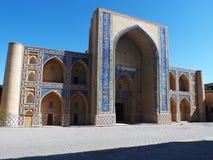 Utvändiga sikter av Ulugbek Madrasah i Bukhara, Uzbekistan Arkivbilder