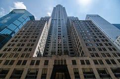 Utvändiga skyskrapor i midtownen Manhattan Fotografering för Bildbyråer