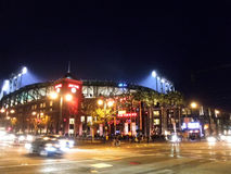 Utvändiga AT&T parkerar på natten som ljust sken in i stadion under s Royaltyfri Bild